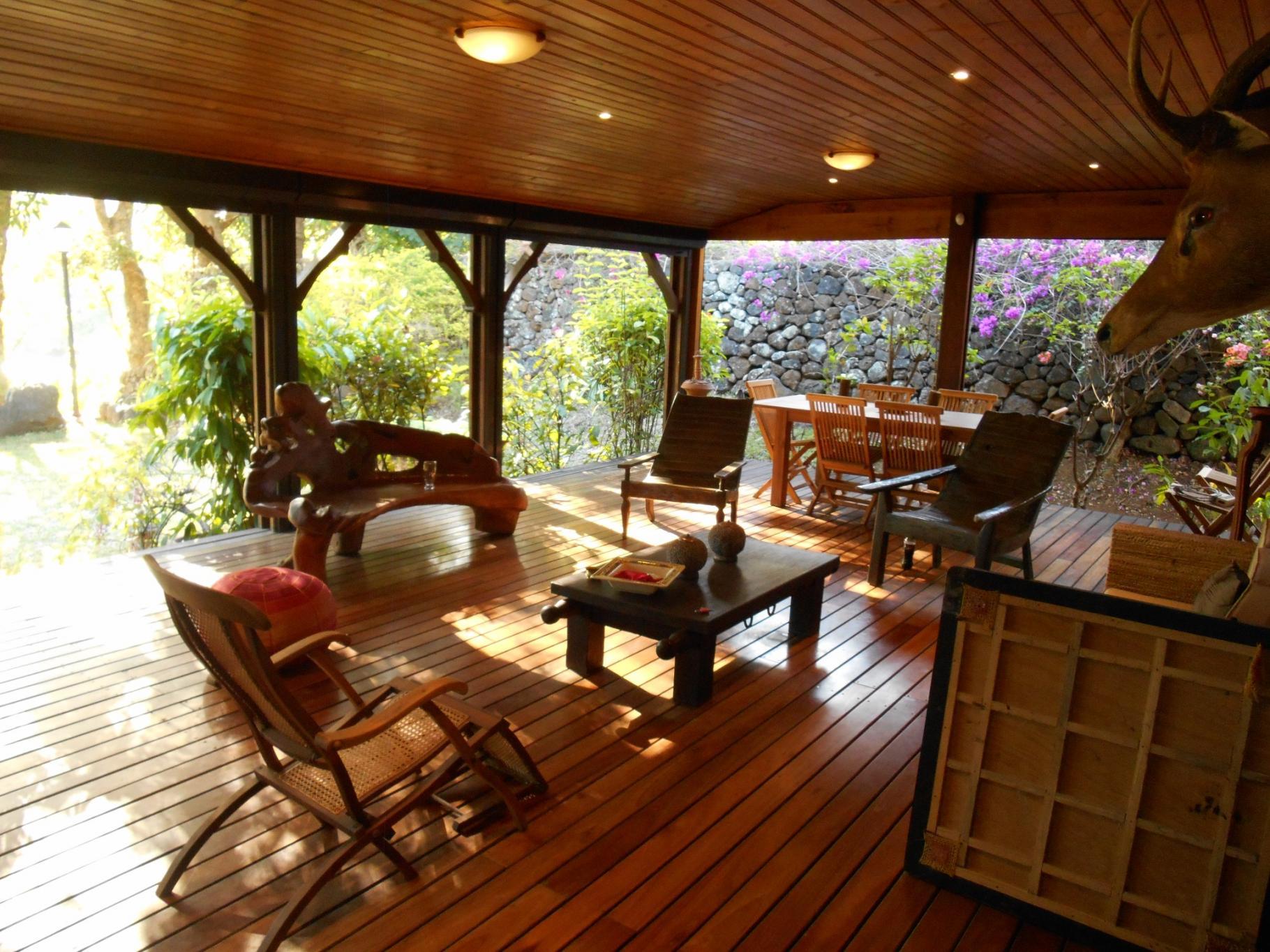 A louer – Belle maison en bois en bordure de rivière et mer située à Grande Rivière Sud Est.