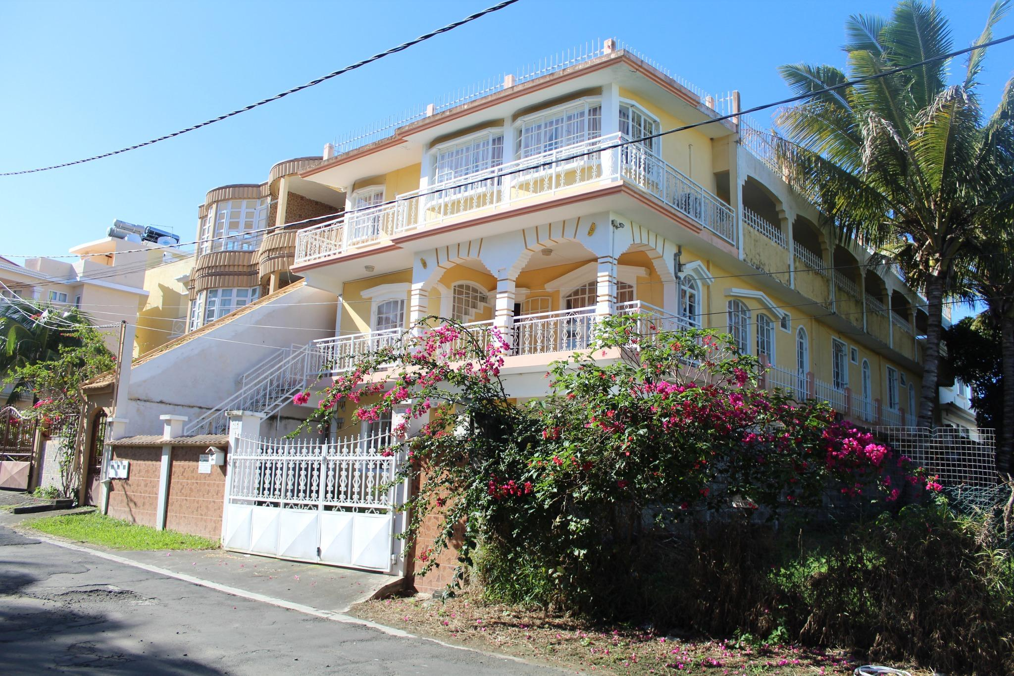 For sale – Residential complex to renovate of 2 apartments and 7 studios in Blue Bay, 5 minutes walking distance from the beach.