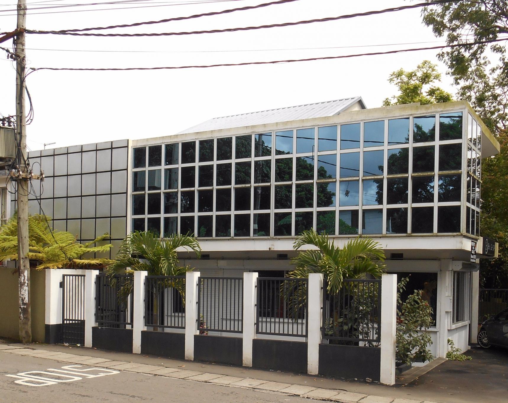 A vendre – Bâtiment commercial de 300 m2 sur un terrain de 83 toises situé à Vacoas.