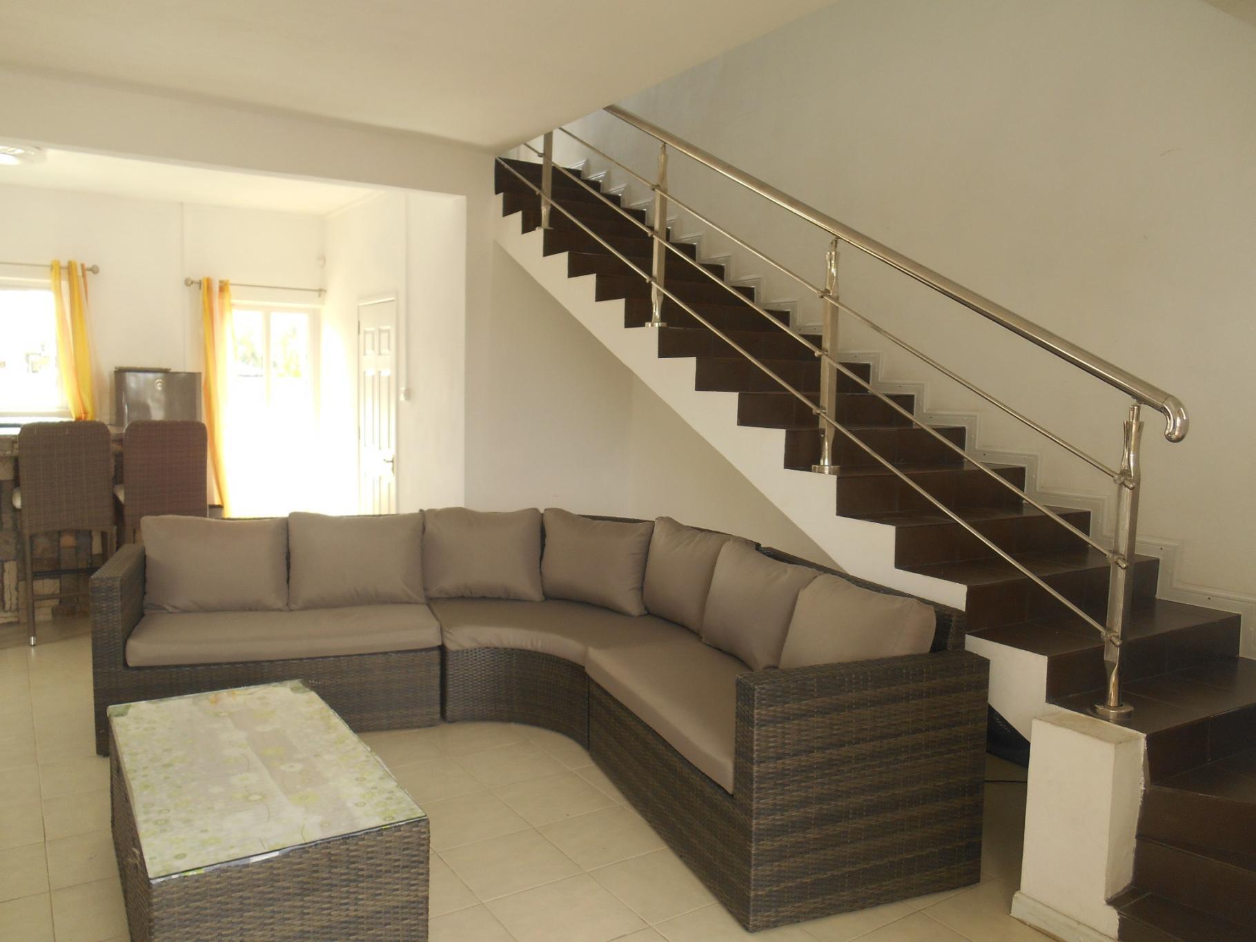 A LOUER – Magnifique duplex meublé et équipé de 160 m2 à The Vale.
