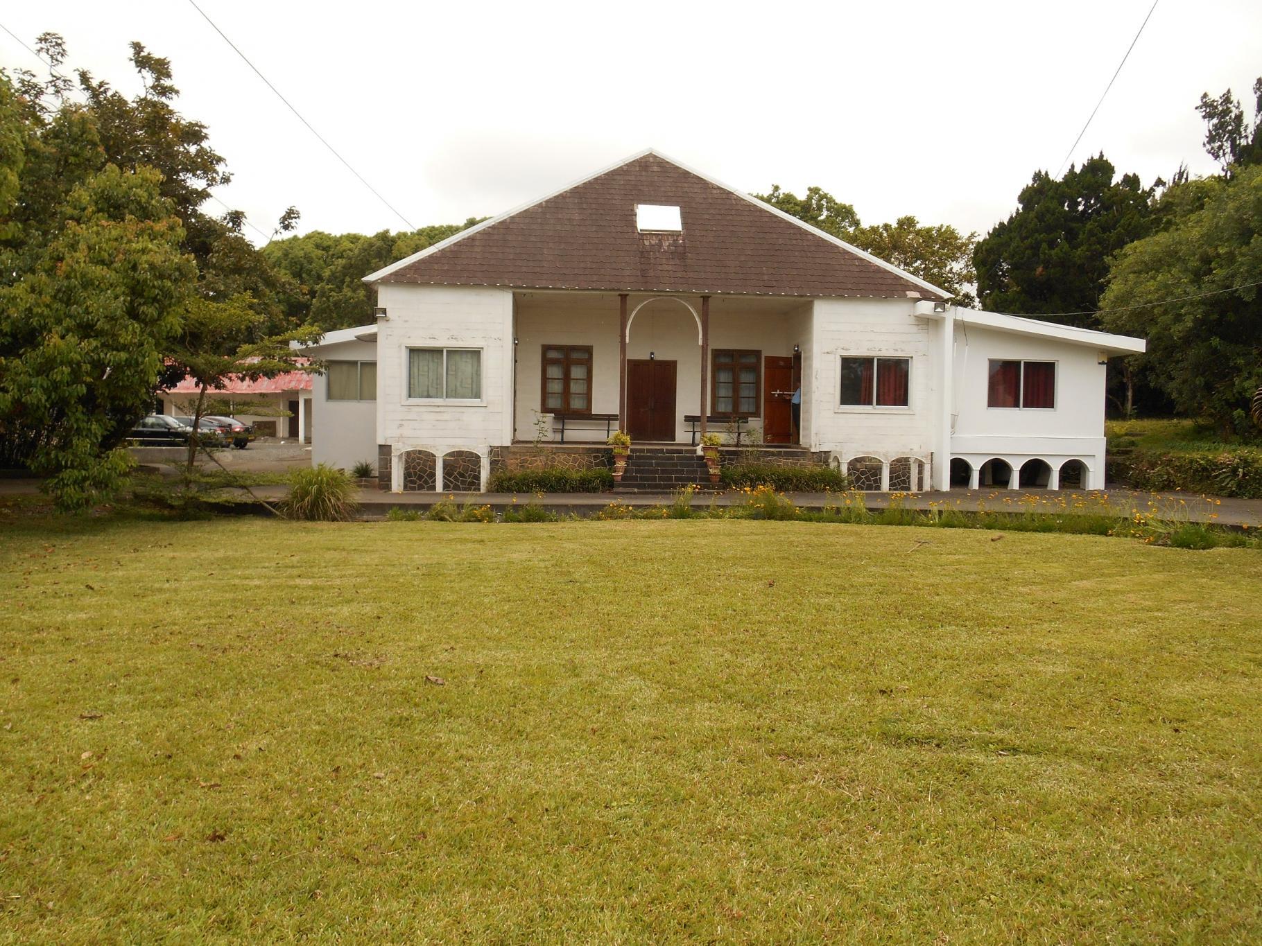 A vendre – Vieille maison à rafraîchir se situe sur un magnifique terrain de 1 arpent 60 dans un quartier résidentiel de Vacoas.