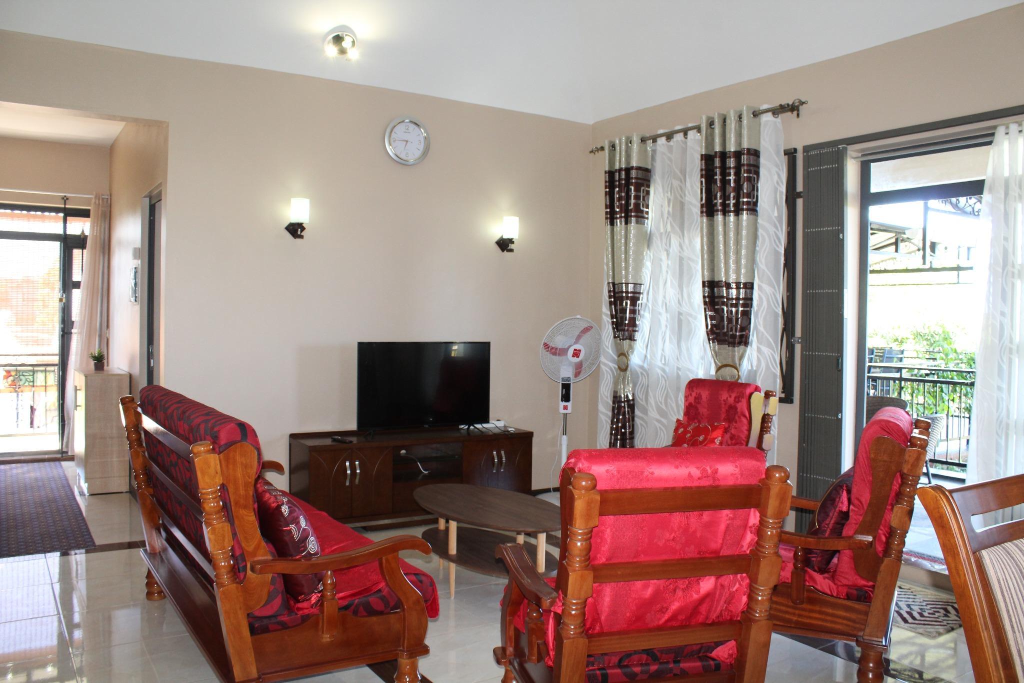 A louer – Bel appartement entièrement meublé et équipé de 130 m2 à Beau Vallon, se trouve au 1er étage d'une maison.