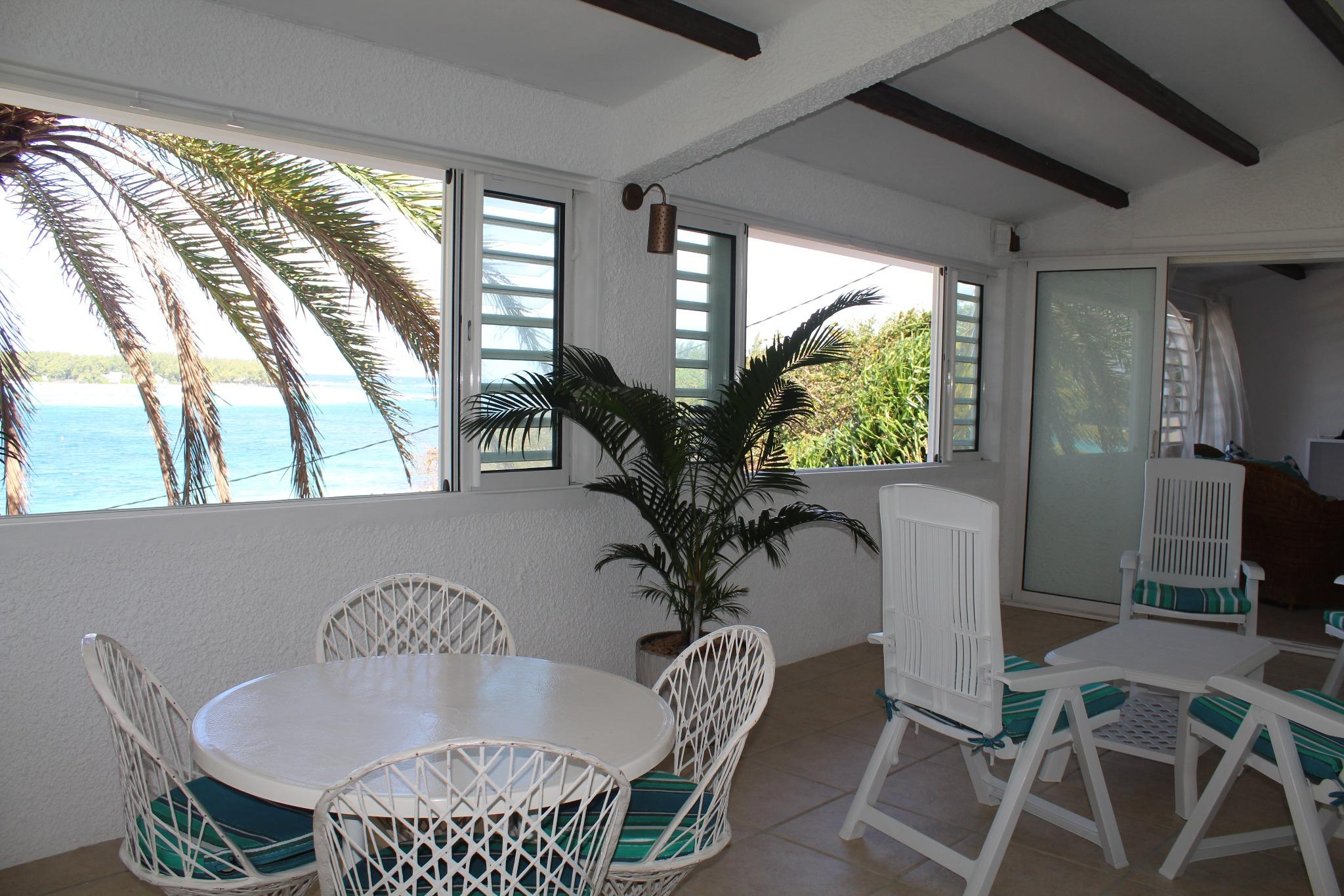 To rent – Beachfront furnished & equipped apartment of 150 m2 in Blue Bay.