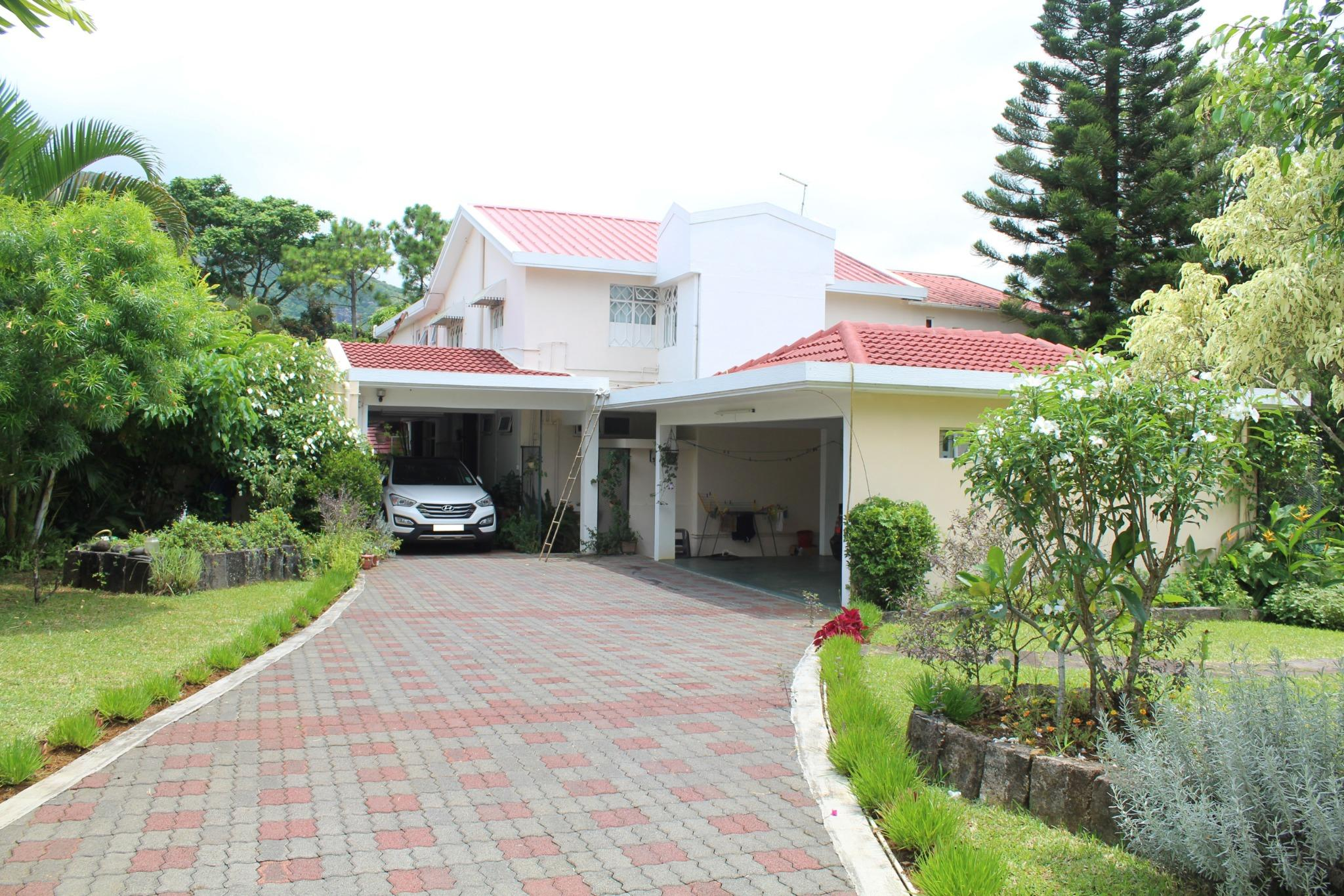 FOR SALE – Unfurnished house of 690 m2 and 1 small independent apartment at St Pierre, Moka.