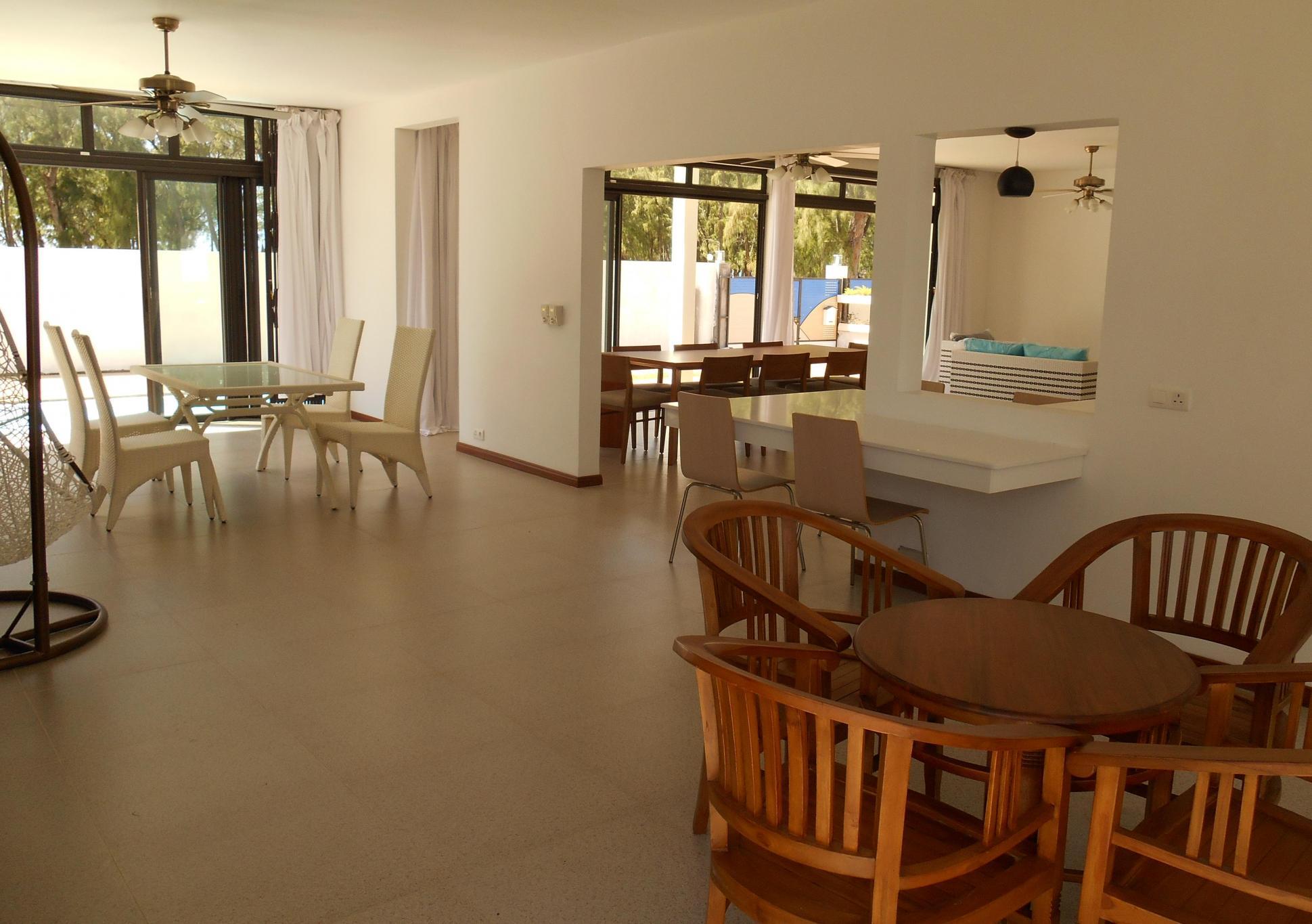 A louer – Magnifique villa contemporaine de 278 m2 située à quelques pas de la plage de Belle Mare.