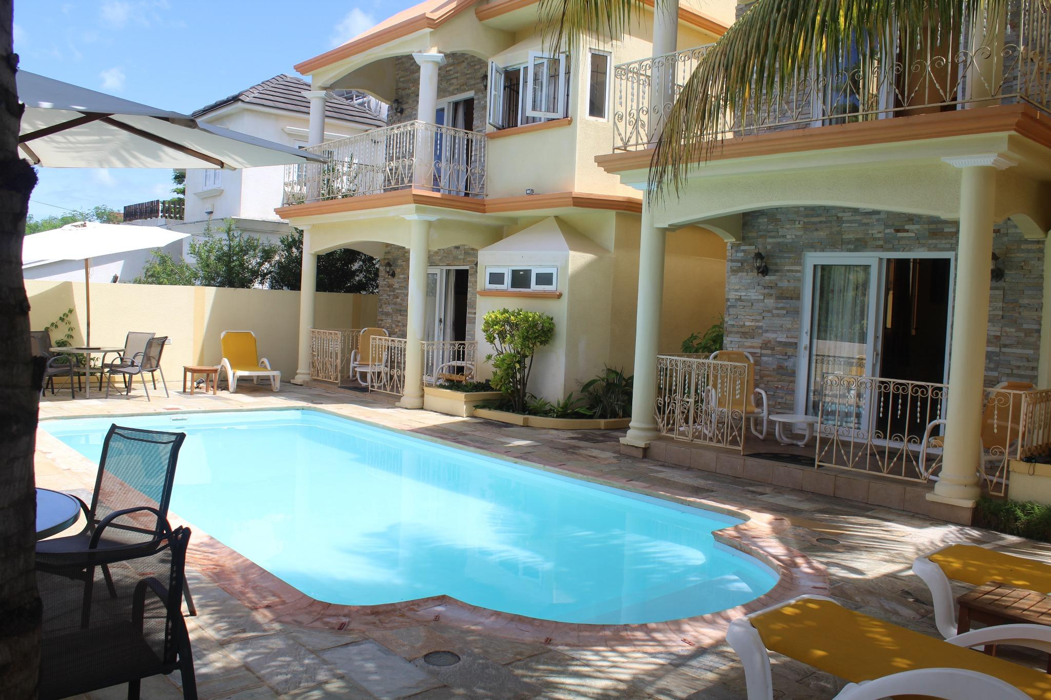 For sale – Residential complex of 3 bungalows and of 2 studios with a common swimming pool in Flic-en-Flac.