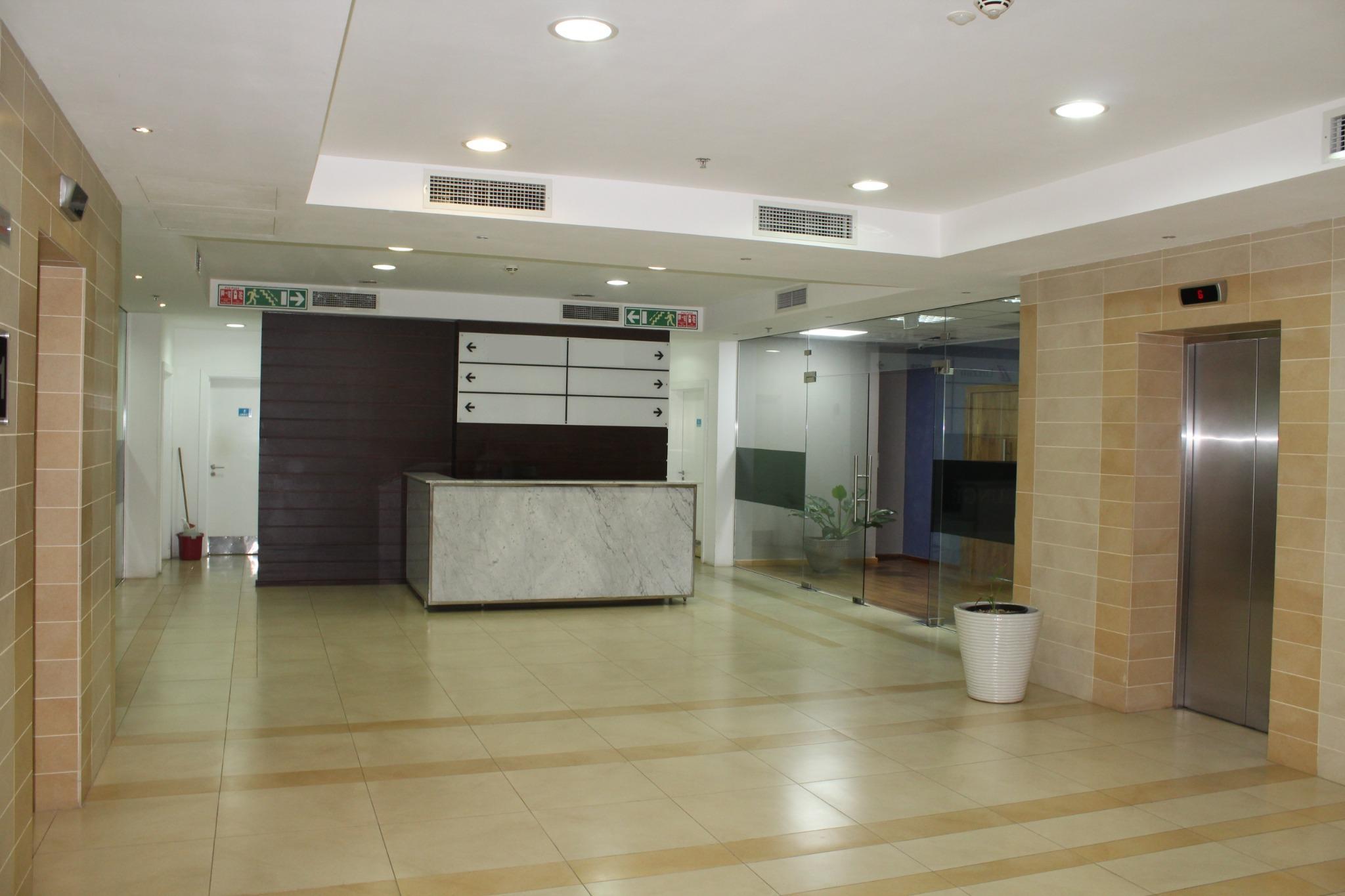 A louer – Espace bureau meublé de 10 M2 situé au 11ème étage à Ebène.