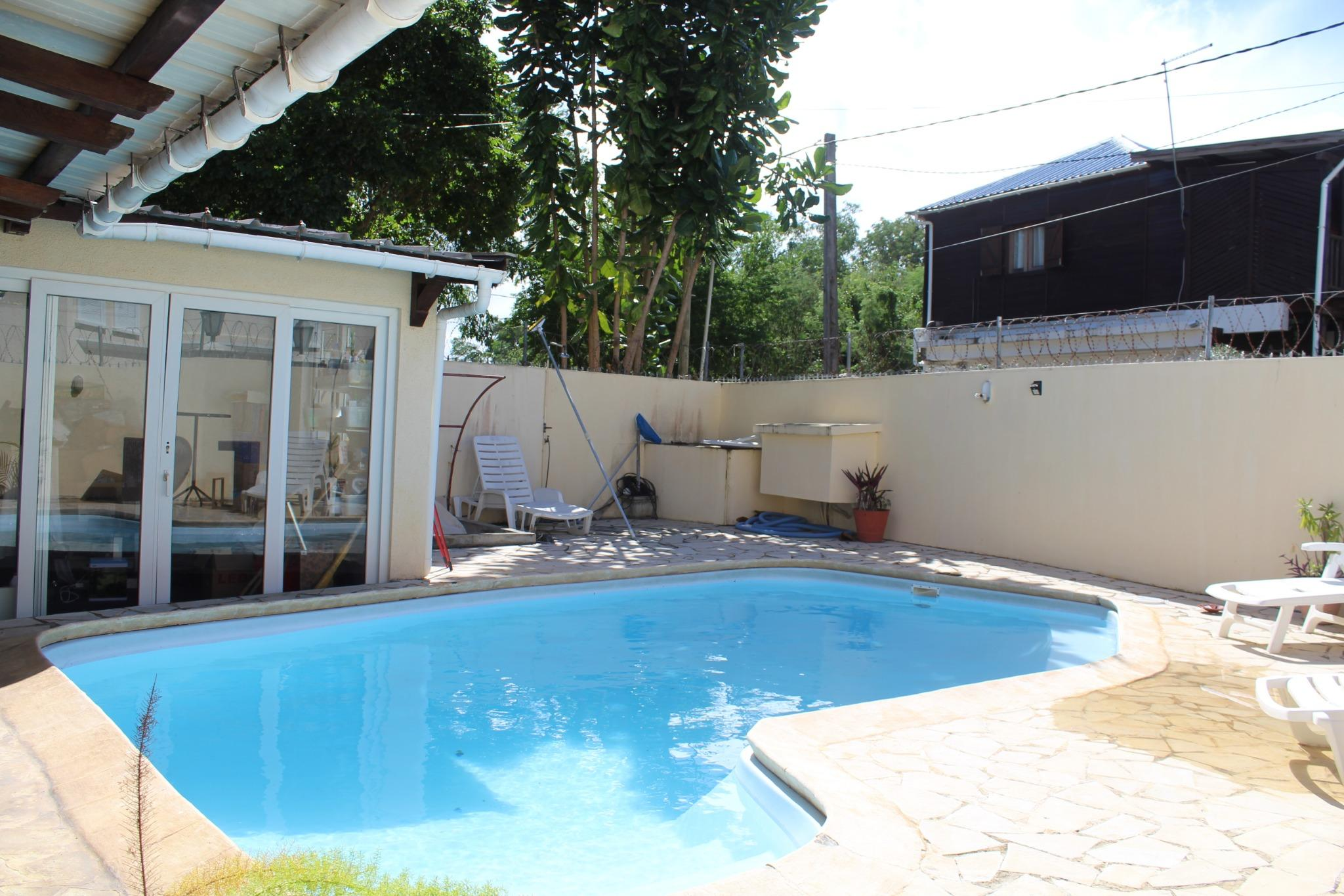 To rent – Townhouse in Turtle Bay – 30 seconds walk from the beach.