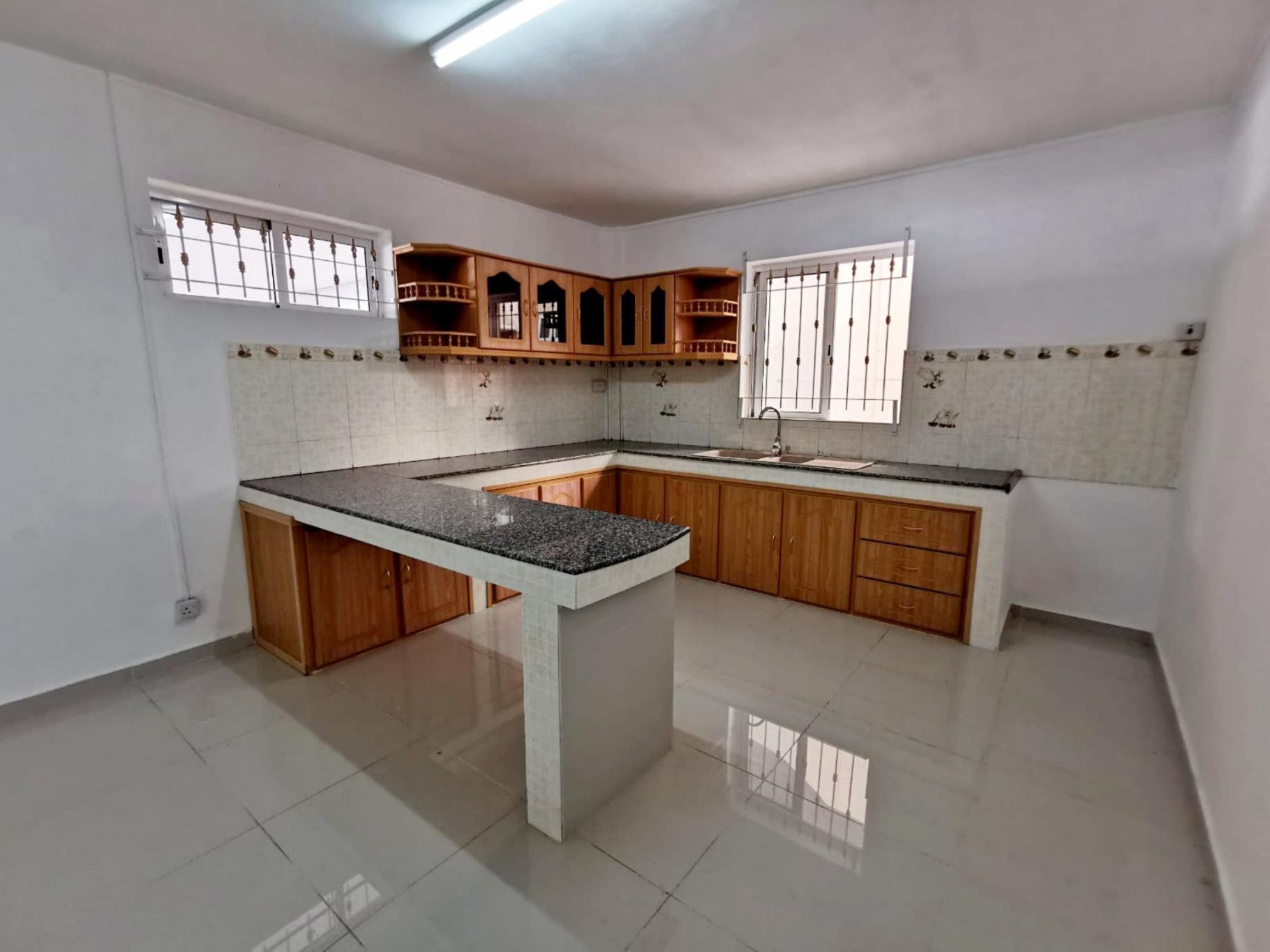 A VENDRE – Bel appartement non-meublé de 119 m2 au RDC à Coromandel.