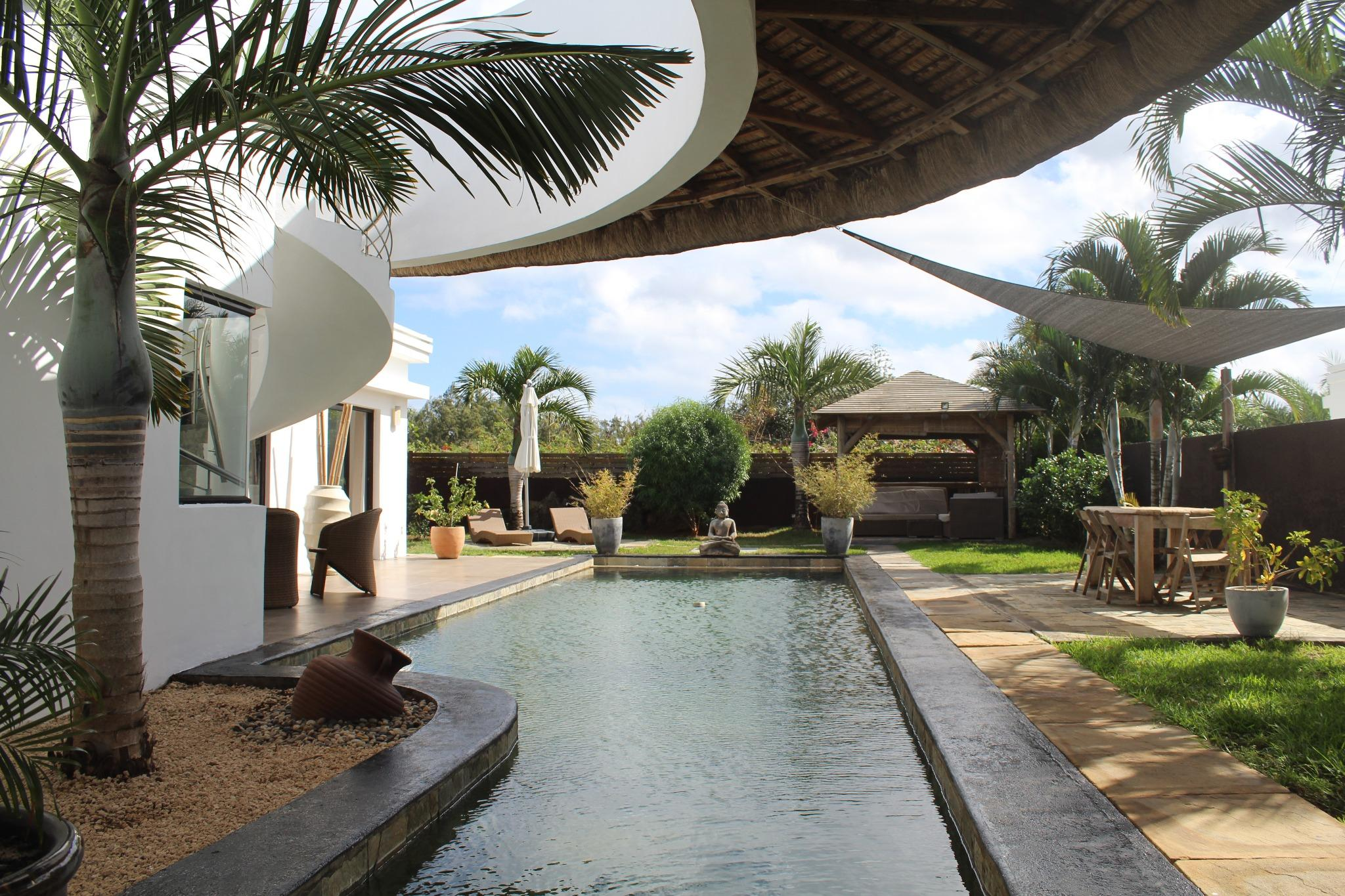 FOR SALE – sumptuous furnished and equipped single storey contemporary villa of 267 m2