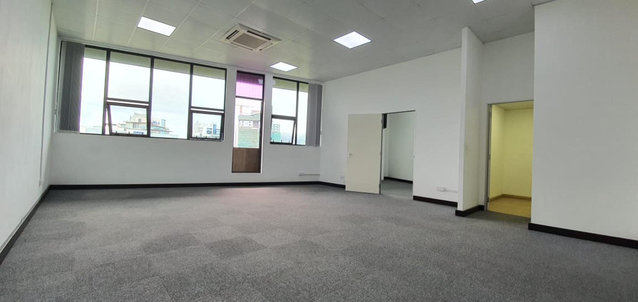 A louer – Bureau non meublé de 68 m2 est situé au quatrième étage (avec ascenseur) à Ebène