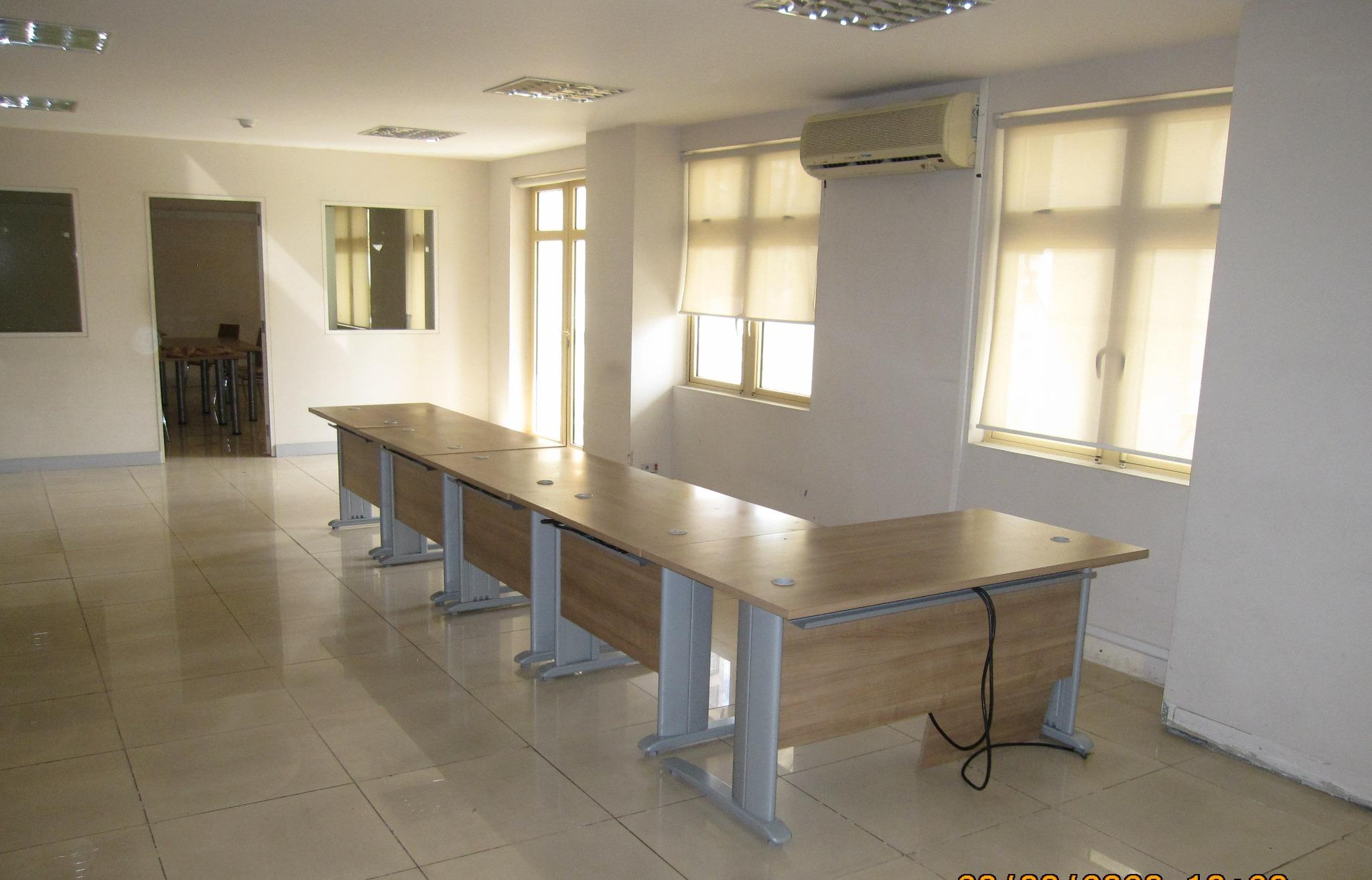 To rent – Air-conditioned office of 278 m2 in Port-Louis, located on the 5th floor (with lift).