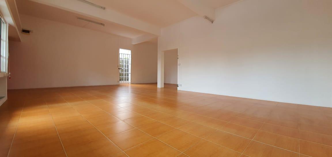 A VENDRE – Maison de plain-piednon meublée de 258 m2 sur un terrain de 155 toises située sur la route principale à La Rue Lees Curepipe.