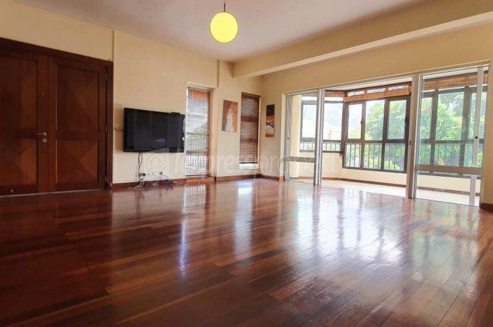 A LOUER – Bel appartement non-meublé de 150 m2 se situe au 1er étage (avec ascenseur) proche de toutes les facilités, dans une résidence sécurisée 24/7 à Vieux Quatre Bornes.