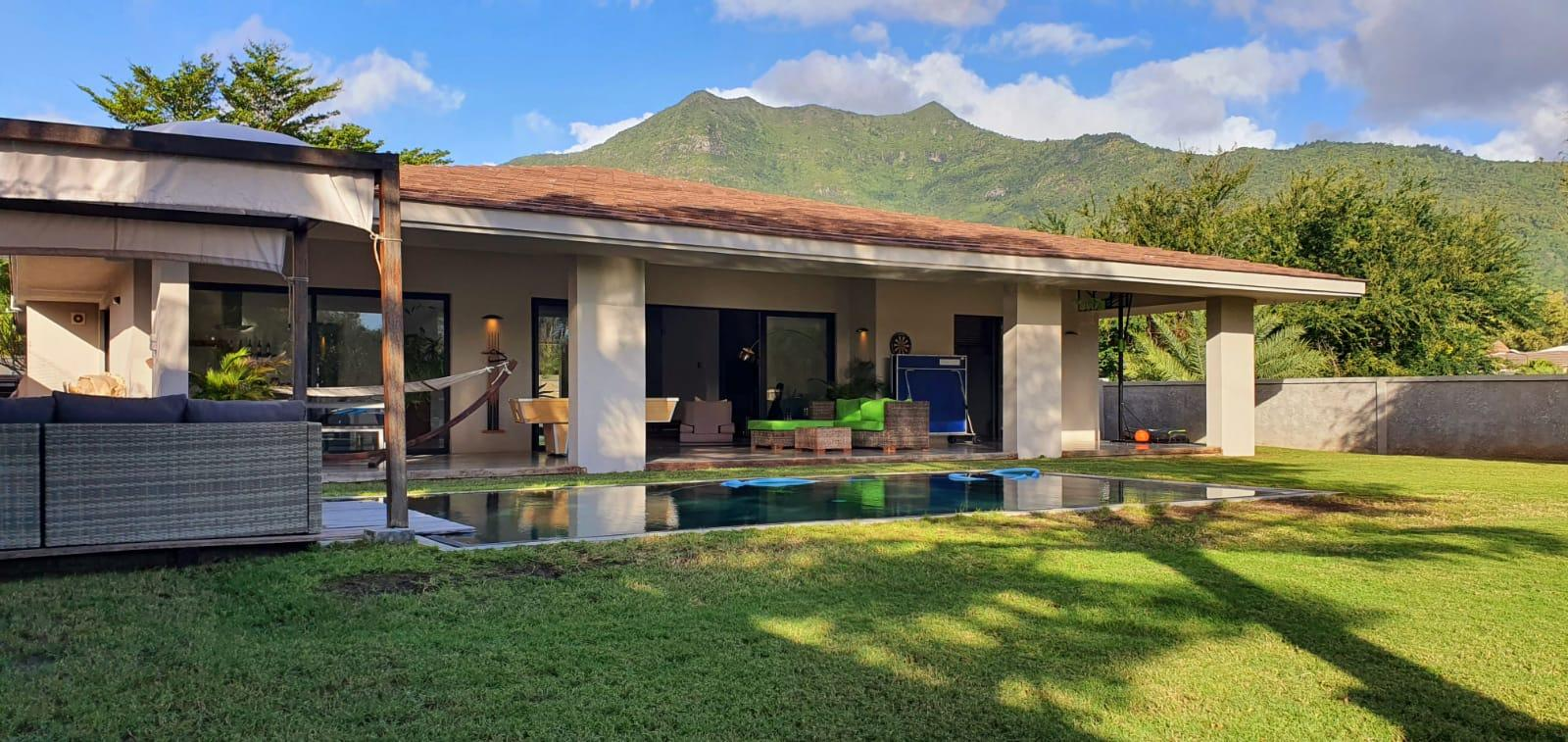 FOR SALE – Magnificent single storey villa furnished and equipped of 321 m2 on a land of 314 toises located in a gated community in Petite Rivière Noire