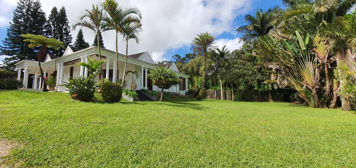 TO RENT – Charming furnished and equipped colonial house of 400 m2 on a land of 1,770 m2 is located in a highly residential area in Floreal overlookinga wonderful manicured garden.