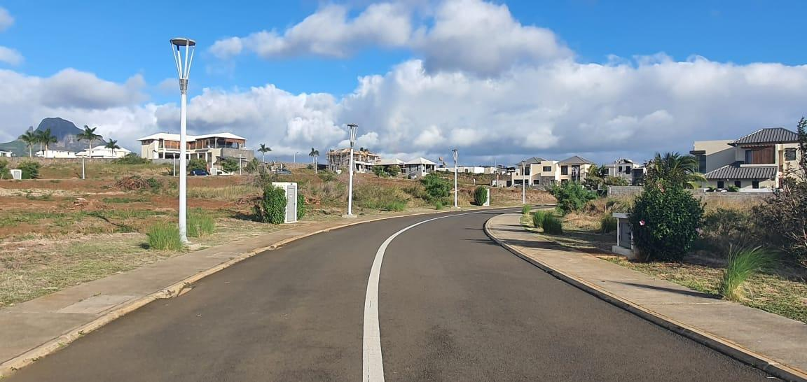 FOR SALE – Beautiful residential land of 215 toises located in the gated community of Jardin d'Anna in Flic-en-Flac, close to all amenities.