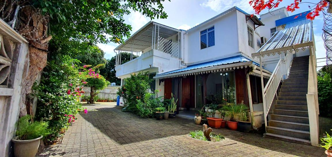 FOR SALE – Beautiful unfurnished house of 371 m² on a land of 138 toises is ideally located in a very well-known avenue just a few minutes from the city centre of Rose-Hill.