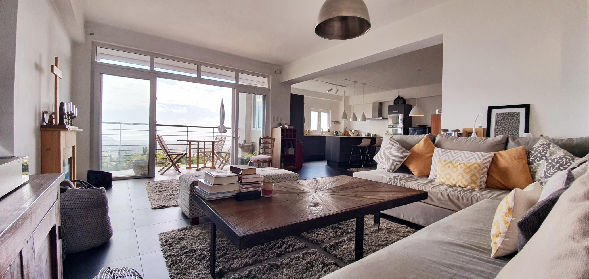 A LOUER – Charmantappartement meubléet équipé de150 m2bénéficiant d'une belle vuemer et belle vue montagne, situé au 4ème étage d'une résidencesécurisée à Florèal.