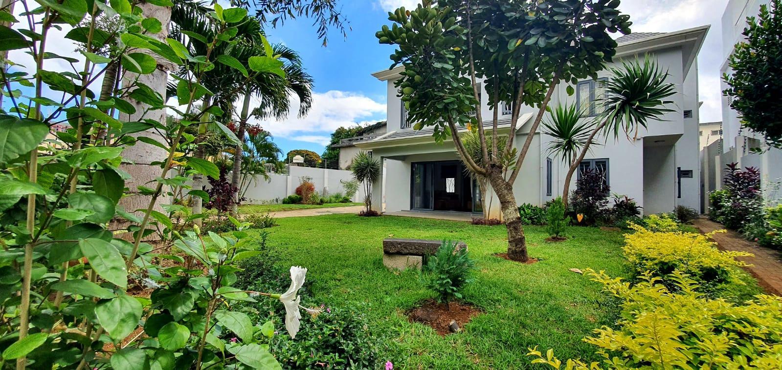 A VENDRE – Luxueuse villa contemporaine de 436 m2 sur un terrain de 171 toises se situe dans un quartier calme et hautement résidentiel à Beau-Bassin