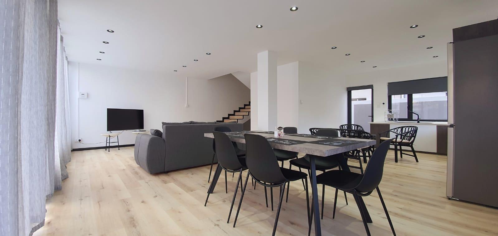 A LOUER – Magnifique duplexmeubléet équipéde 151m2 sur un terrain de 54 toises situé àMont Choisy à 5 minutes à pied de la plage.